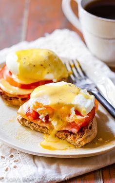Saboree la mejor parte del día con muy reconfortantes huevos benedictinos.  Aprende a escalfar huevos y crear este restaurante comida de calidad en casa!