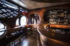 Die Fenster der Bar aus Mahagoni Holz sind mit Metallpanelen verziert