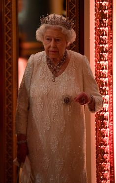Queen Elizabeth II dazzles in sparling The Girls of Great Britain and Ireland Tiara with a diamond ruby bandeau necklace and a matching pair of earrings as she host a State Dinner during the CHOGM at Buckingham Palace on April 2018 in London, England. Hm The Queen, Royal Queen, Her Majesty The Queen, Save The Queen, Queen Mary, King Queen, Princess Elizabeth, Queen Elizabeth Ii, Princess Diana