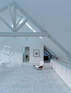 Loft contemporain / Minimaliste / blanc / épuré / intérieur moderne / Salon /  Parquet / mur brique / Charpente bois / Architecte d'intérieur : Agence MAYELLE / Photo : ©Pierre Rogeaux