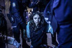 """Catégorie """"En bref"""" : Bulent Kilic/AFP Istanbul, le 12 mars 2014. Une jeune fille pleure après avoir été victime des gaz lacrymogènes lancés par la police contre des manifestants. Le défilé avait été déclenché par la mort de Berkin Elvan, 15 ans, lors d'un précédent affrontement."""