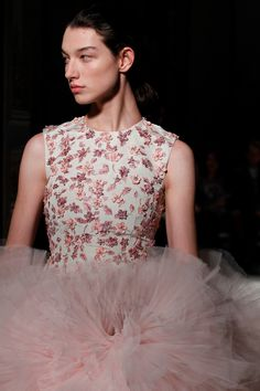 See all the Details photos from Giambattista Valli Spring/Summer 2017 Couture now on British Vogue Look Fashion, Spring Fashion, Fashion Show, Fashion Details, Trendy Fashion, Couture Fashion, Runway Fashion, Fashion Models, Couture Accessories