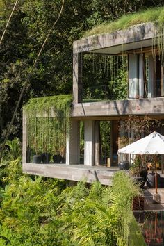An Incredible Vacation Villa in the Balinese Jungle That's Part Chameleon is part of Concrete house - Villa Chameleon is a camouflaged vacation home near Buwit, a village in the lush, forested region of southwest coastal Bali between Canggu and Tanah Lot Villa Architecture, Green Architecture, Sustainable Architecture, Chinese Architecture, Building Architecture, Futuristic Architecture, Jungle House, Interior Design Singapore, Design Exterior