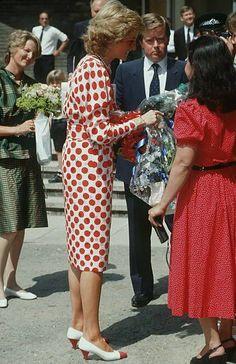 Princess Diana - Royal Art College Fashion Show, Londres , le 21 Juillet 1989 - Diana , William & Catherine , Children _ Harry &. Princess Diana And Charles, Princess Diana Photos, Princes Diana, Princess Of Wales, Lady Diana Spencer, Royal Art, Lady In Waiting, Diane, College Fashion