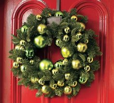 Decorating Decorative Wreaths For Front Door Pre Lit Christmas Wreaths Battery Operated Christmas Decorated Mantels Vintage Christmas Decorations Christmas Wreath Ideas Diy Modern Christmas, Outdoor Christmas, All Things Christmas, Christmas Holidays, Christmas Crafts, Christmas Decorations, Holiday Decor, Green Christmas, Beautiful Christmas