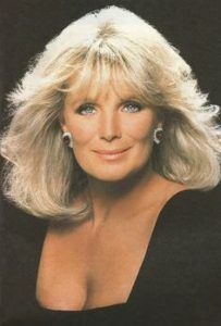 Linda Evans is an American actress, best known for her role as Krystle Carrington in the television series Dynasty. Hollywood Stars, Classic Hollywood, Beautiful Eyes, Beautiful Women, Amazing Women, Der Denver Clan, Grey Blonde Hair, Joan Collins, Farrah Fawcett
