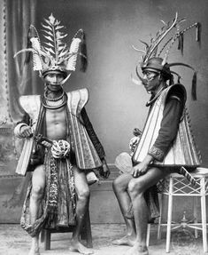 DRESSED TO KILL/ When Mabel Cook Cole explored the island of Nias off the coast of Sumatra for a 1931 article, warriors still wore knife sheaths decorated with tiger-tooth amulets;photo by Nieuvenhuis Source by para nias Arte Tribal, Tribal Art, Mode Bizarre, Costume Ethnique, Tribal Warrior, Indonesian Art, Dutch East Indies, World Cultures, Borneo