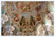 ...soll die Kirche  in Steinhausen sein.   Die Wallfahrtskirche Unserer Lieben Frau und Pfarrkirche St. Peter und Paul in Steinhausen, einem Ortsteil von Bad Schussenried (Oberschwaben) ist eine Barockkirche, die von 1728 bis 1733 für die Reichsabtei Schussenried,   während der Amtszeit des Abtes Didacus Ströbele errichtet wurde.    Geplant, erbaut und stuckiert von Dominikus Zimmermann, mit kunsthistorisch bedeutenden Deckenfresken   ausgestattet durch dessen älteren Bruder Johann Baptist…