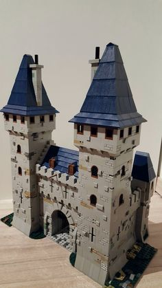 Michael remodeled a castle entrance that includes two towers. The castle uses a mix of light gray textures, mixed with dark tan elements, to create a great model. Lego Castle, Lego Burg, Lego Structures, Lego Knights, Lego Army, Amazing Lego Creations, Lego Modular, Lego Construction, Lego Worlds