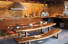 Mesa de madeira colocando um ambiente mais rustico