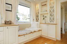 Sittebenk på kjøkken <3 Living Room Inspiration, Sweet Home, Entryway, Real Estate, Shelves, Windows, Luxury Kitchens, House, Furniture