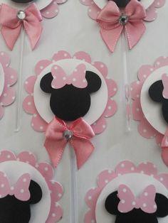 Toppers para docinhos e cupcakes, com diametro de 5cm. Conccionados em 3 camadas com papéis de scrapbooking no tema MINNIE ROSA ou VERMELHA.Fita dupla face ( espuma ) entre as camadas dando efeito de 3D à peça. Com certeza um diferencial em sua festa, dando um colorido especial à sua mesa de doce... Mickey Mouse Birthday Decorations, Minnie Mouse Decorations, Minnie Mouse Birthday Outfit, Minnie Mouse Baby Shower, Minnie Mouse Party, Mouse Parties, Half Birthday Baby, Mickey And Friends, 1st Birthdays