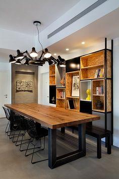 רעיון לאמץ: ספרייה היא אחד האלמנטים הכי אישיים ומוסיפה נשמה לעיצוב הבית   צילום: בועז לביא Alone, Shelving, Corner Desk, Mid-century Modern, Dining Room, Interior Design, Architecture, Table, Tel Aviv