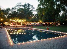 Decoração com velas na piscina