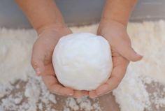 4 ricette per fare la neve finta in casa e proporla ai bambini per il gioco sensoriale