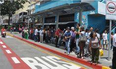 Gente esperando su transporte