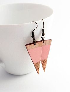 Sparkle triangle wooden earrings - pale pink, natural wood…