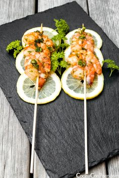 What a nice way to present prawns - love the slices of lemon to add a bit of colour to this food presentation. Great for a buffet or barbeque idea. Food Recipes For Dinner, Food Recipes Keto Prawn Recipes, Seafood Recipes, Gourmet Recipes, Appetizer Recipes, Cooking Recipes, Gourmet Foods, Appetizers, Dinner Recipes, Sushi Recipes