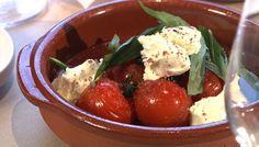 «Une entrée ultra-simple, fraîche et ensoleillée comme les tomates de vigne. À servir absolument avec un morceau de pain.» par Marie-Fleur St-Pierre