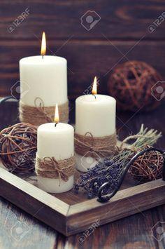 candele sul vassoio d 39 epoca con lavanda su sfondo di legno Archivio Fotografico