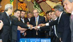 """A mesma oposição que pediu ontem o afastamento do presidente da Câmara, para que se defenda de denúncias de corrupção, declarou hoje que ele tem """"legitimidade"""" para ficar no cargo; """"O correto seria o seu afastamento pela gravidade dos fatos apresentados, só que existem fatos tão graves ou mais, cuja comprovação já foi feita pelo Tribunal de Contas, das práticas de crime de responsabilidade pela presidente Dilma"""", comparou Carlos Sampaio (PSDB), sustentando que as chamadas 'pedaladas…"""