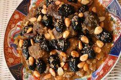 La Tajine d'Agneau aux Pruneaux et Amandes est un plat marocain du répertoire de la cuisine classique qui combine pruneaux caramélisée douces et de la viande avec des épices parfumées de gingembre, le safran, la cannelle et le poivre. Il est souvent servi à des rassemblements de famille, mariages et autres occasions spéciales.