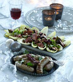 Medisterpølsen er krydret spændende og får selskab af en lækker julesalat med figner og nødder