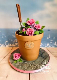 I just loved making this cake. I had made a sand castle bucket cake the week before, so when I was looking for inspiration for a garden cake this was perfect… I could use all the same shapes and techniques! The only difference was in the flower. Cake Decorating With Fondant, Cake Decorating Techniques, Cake Decorating Tips, Garden Birthday Cake, Birthday Cake For Mom, Cupcakes, Cupcake Cakes, Flower Pot Cake, Flower Pots