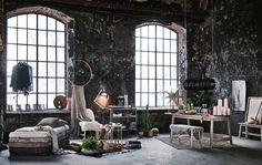 Industriálna obývacia izba v štýle loftu so sviatočnou výzdobou.