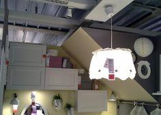 Pensili Ikea per la camera da letto da assemblare seguendo la falda inclinata del tetto.