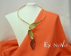 ΧΕΙΡΟΠΟΙΗΤΑ ΚΟΛΛΙΕ ΜΕ SWAROVSKI ELEMENTS Diy Jewellery, Jewelry, Arrow Necklace, This Is Us, Swarovski, How To Make, Handmade, Jewlery, Hand Made
