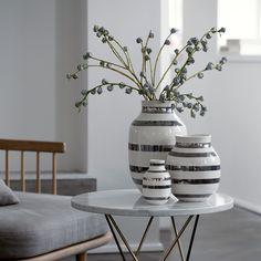 Omaggio Vase Sort Lille   Vasens buttede facon og bløde formsprog komplimenterer de håndmalede sorte striber. Det stilrene og eksklusive udtryk sikrer Omaggio-vasen en lang levetid. Omaggio-seriens klare udtryk er nemt at sætte sammen med det, man i forvejen har. Lad den sortstribede vase indgå i et dekorativ designtableau med Omaggio-seriens andre farver og størrelser