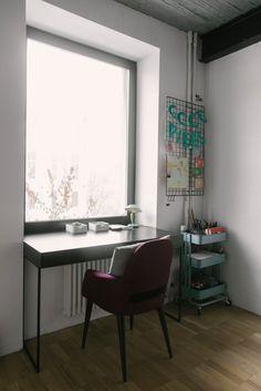 Вещи из советского прошлого, неоновые вывески итрехметровый стол впросторной московской квартире
