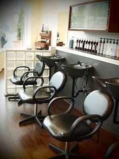 Counter and wash idea Home Hair Salons, Beauty Salon Interior, Home Salon, Salon Interior Design, Salon Shampoo Area, Barber Shop Decor, Salon Furniture, Furniture Design, Beauty Salon Design