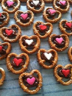 25 easy Valentine's Day treats to make with your kids. Simple recipes to make for Valentine's Day. Heart shaped, pink and red treats, desserts. Valentines Day Chocolates, Valentine Desserts, Valentine Chocolate, Valentines Day Treats, Valentine Cookies, Holiday Treats, Kids Valentines, Diy Valentine, Valentine Food Ideas