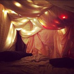 Dream bedroom 3: fabric covering the walls and ceiling to make the entire room a giant and permanent fort Make Blanket, Blanket Forts, Pillow Forts, Pillows, Blankets, Indoor Forts, Indoor Play, Build A Fort, Cubby Houses