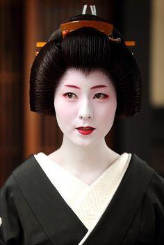 geiko Makino Japanese Beauty, Japanese Girl, Japanese Geisha, Japanese Kimono, Vintage Japanese, Japanese Culture, Geisha Japan, Kimono Japan, Geisha Meaning