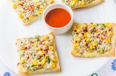 Cheese Chili Toast is a brunch recipe. You know one of those days when you miss your breakfast, and would want to have something heavy that would compensate for breakfast and lunch.