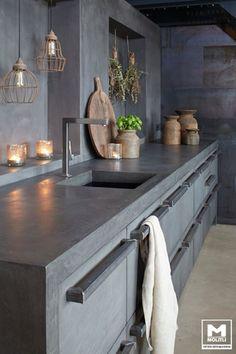 Moderná sivá kuchyňa s betónovou stenou oteplená s vintage doplnkami.