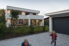 #Einfamilienhaus #Flachdach #Überdachte Terrasse #Massivbau # modern # design# moderne architektur# PUR Modern Interior, Interior And Exterior, Garage Doors, Architecture, Outdoor Decor, House, Home Decor, Future, Facade House
