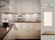 Küche mit ABSTRAKT Fronten Hochglanz cremefarben und PRÄGEL Arbeitsplatte in Nussbaumnachbildung