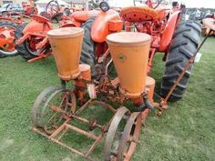 ALLIS-CHALMERS 2 Row Planter...used one of these many years...that's just the way it was... Antique Tractors, Old Tractors, Farming Technology, Tractor Pictures, Allis Chalmers Tractors, Tractor Implements, Old Farm Equipment, New Farm, Down On The Farm