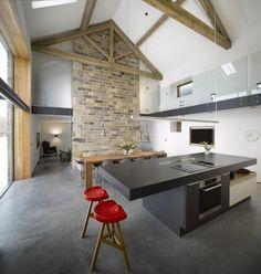 un îlot de cuisine gris de design moderne avec un coin repas intégré