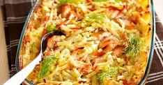 Levitä peruna- ja kasvissuikaleet voideltuun uunivuokaan. Leikkaa kala suupaloiksi ja sekoita suikaleiden joukkoon.Sekoita kerman joukkoon vesi ja mausteet.