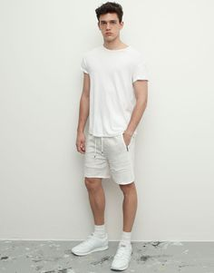 :BERMUDA JOGGING SHORTS WITH CONTRASTING SEAMS