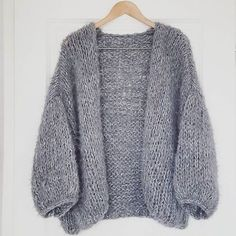 knitwear Grey is always a good idea ♡ Knit Cardigan Pattern, Chunky Cardigan, Knitting Designs, Knitting Patterns Free, Free Knitting, Knit Fashion, Style Fashion, Knitwear, Knit Crochet