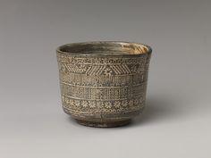 다완 조선<br/>茶碗 朝鮮<br/>Tea bowl with decoration of chrysanthemums and wavy lines