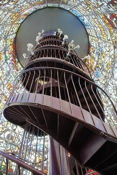 Das Hakone-Open-Air-Museum in Hakone ist das erste Open-Air-Museum Japans. Das Bild sieht aus, als wäre man in einem Turm und die Wände würden nur aus Farben bestehen. Die Treppe würden wir gern mal erklimmen, toll!  Hier findet man die Internetseite des Museums auf Englisch: http://www.hakone-oam.or.jp/english/