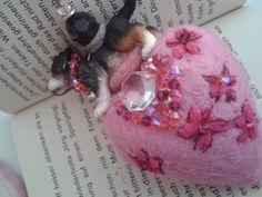 Massives handgefilztes Herz,   aufgenadelte Blumen mit Swarovskisteinen bestickt.