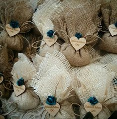 My Creative Party: Cute party souvenirs using jute - New sites Burlap Wedding Favors, Wedding Gifts For Guests, Wedding Crafts, Paper Flower Garlands, Lavender Bags, Baby Wedding, Burlap Flowers, Blue And Copper, Baby Shower Decorations